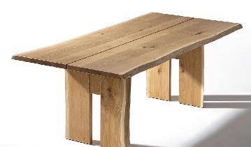 Ein Baumstamm wird zum Tisch