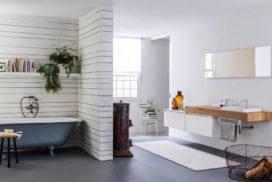 Bad in weiß und Waschtisch in Holzoptik