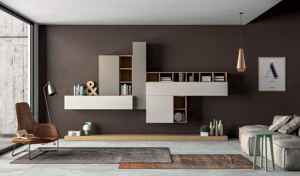 Wohnwand-Objekt in hellgrau und Holz