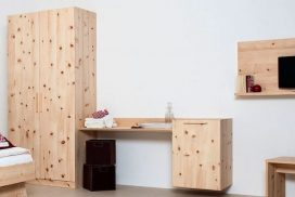 Schlafzimmer-Schrank, Kosmetiktisch, Ablagen in Zirbe massiv