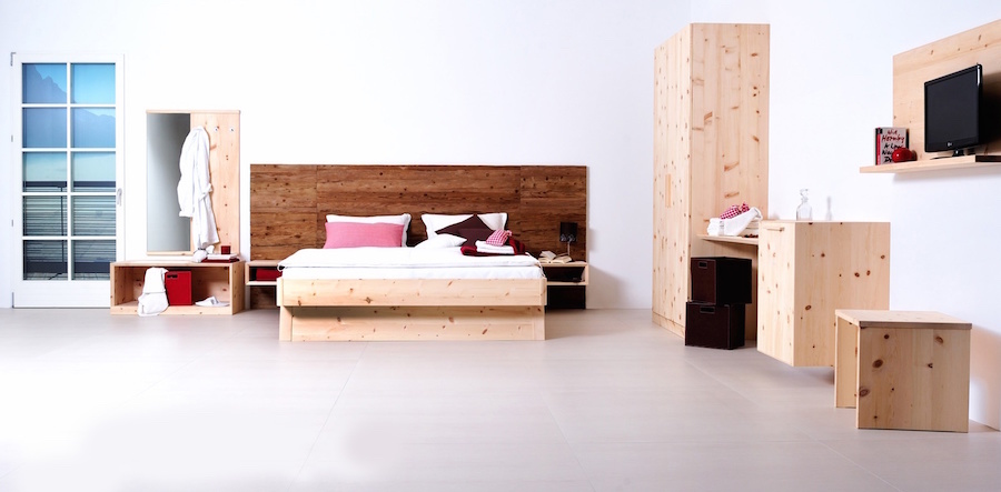 Schlafzimmer mit Beimöbel, Bettrücken mit Altholz