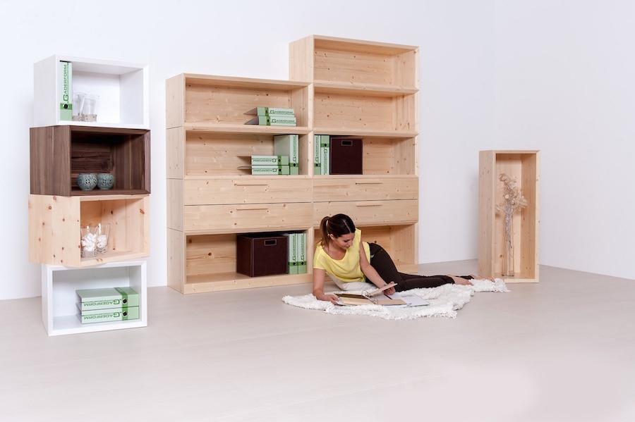 Schrank mit Regalen und Schubladen