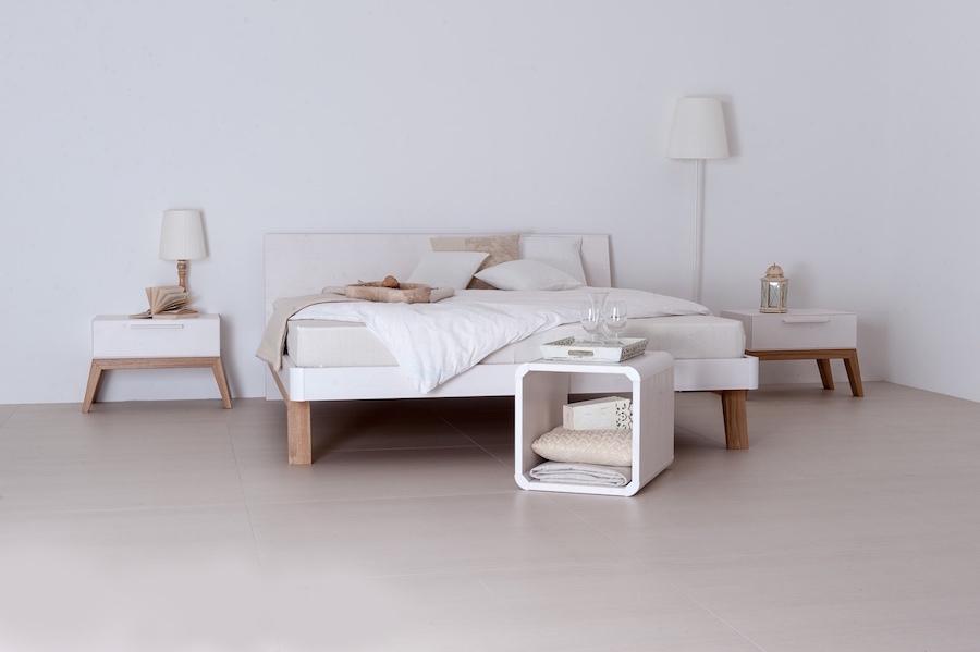 Naturholz-Bett, Nachtkästchen