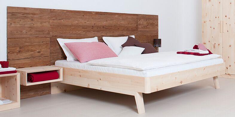Massivholz-Bett, Rücken in Altholz