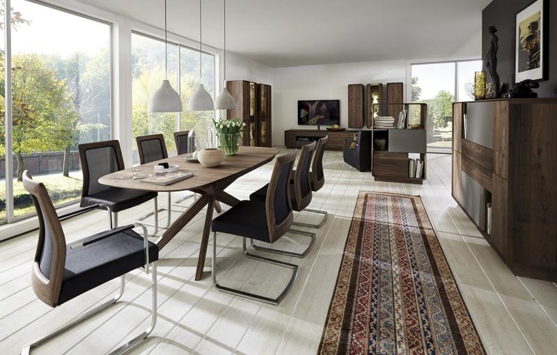 Wohnzimmer mit Tischgruppe in Wildnuss massiv
