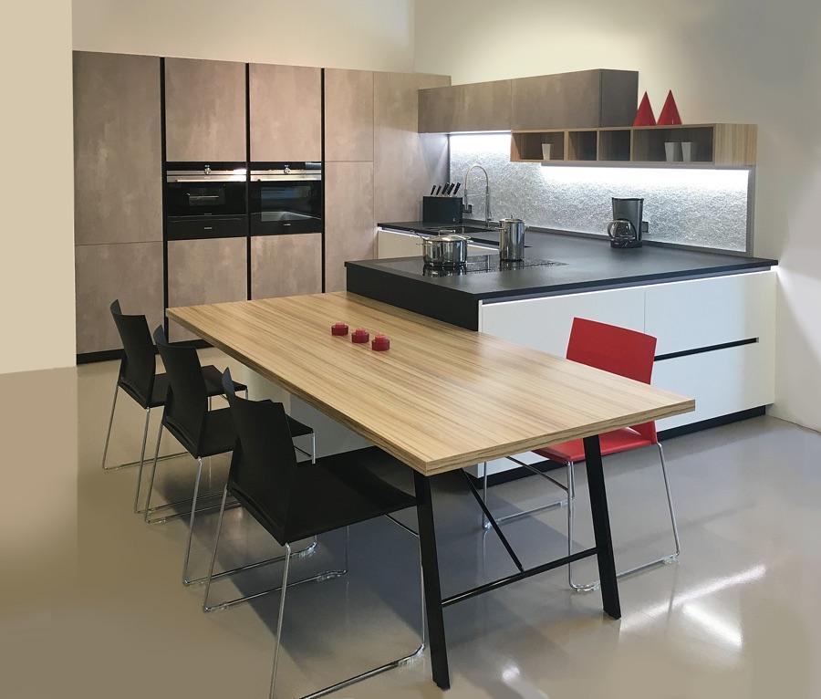 Küche braun marmoriert, grau, weiß
