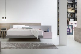 Bett mit Sideboard in hellem Holz