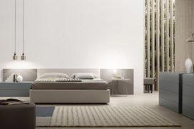Bett mit Nachtkästchen und Sideboard