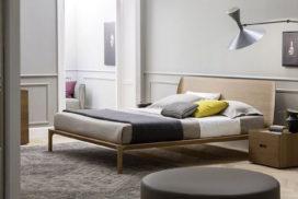 Bett in edlem Holz, Nachtkästchen, Sideboard
