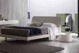 Bett in hellem Holz