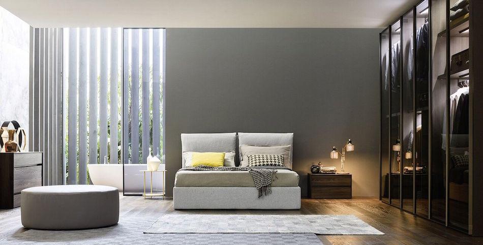 Hohes Doppelbett, Schrank, Sideboard