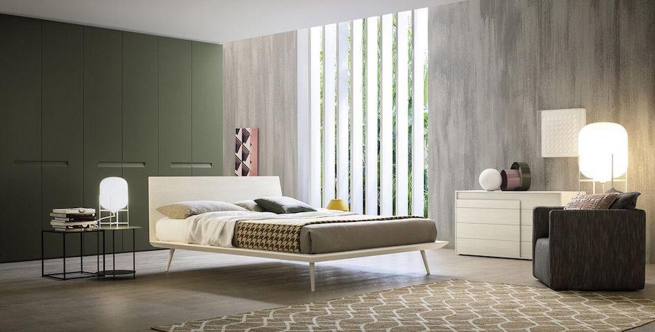 Modernes Bett aus hellem Holz, Sideboard