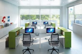 Arbeitsplätze, Tische weiß, Ablagen lindgrün