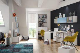 Jugendzimmer mit Schreibtisch und Regalen