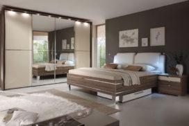 Hohes Doppelbett, Spiegelschrank