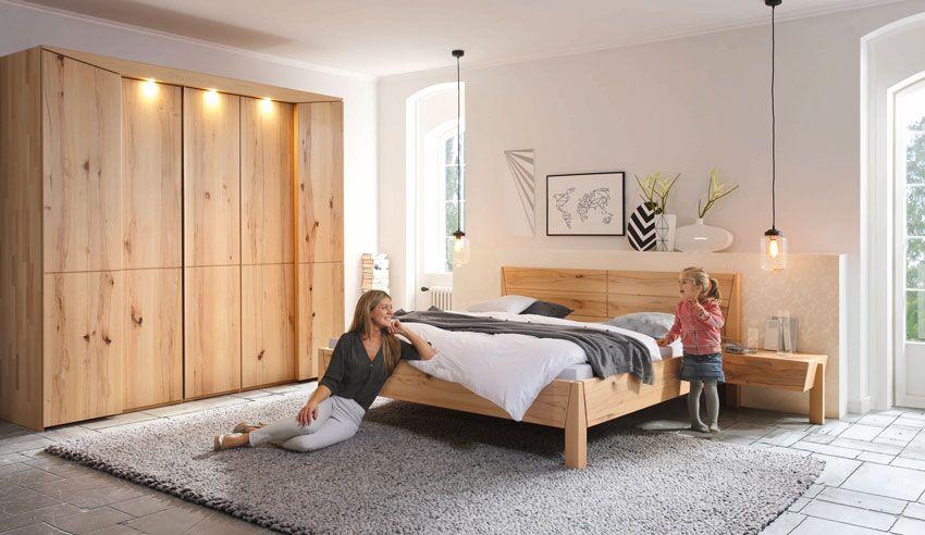 Bett, Nachtkästchen, Schrank aus Massivholz