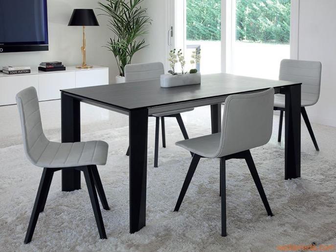 Moderner Tisch und Stühle