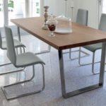 Moderne Tischgruppe mit Stühlen
