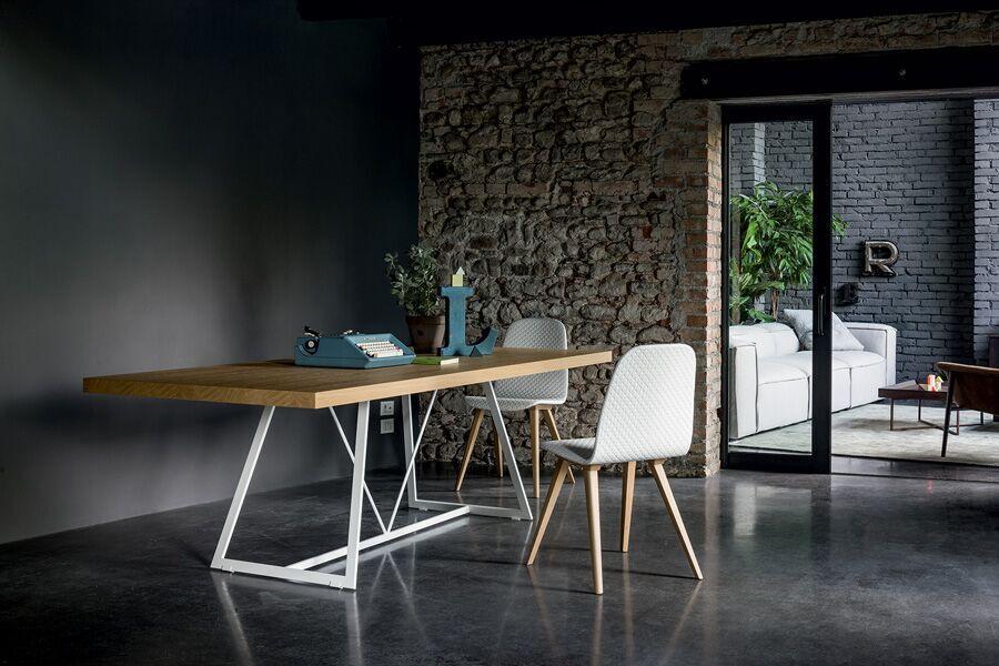 Tisch mit Stühlen, Holzplatte, Matallfüße, Stoff- oder Leder