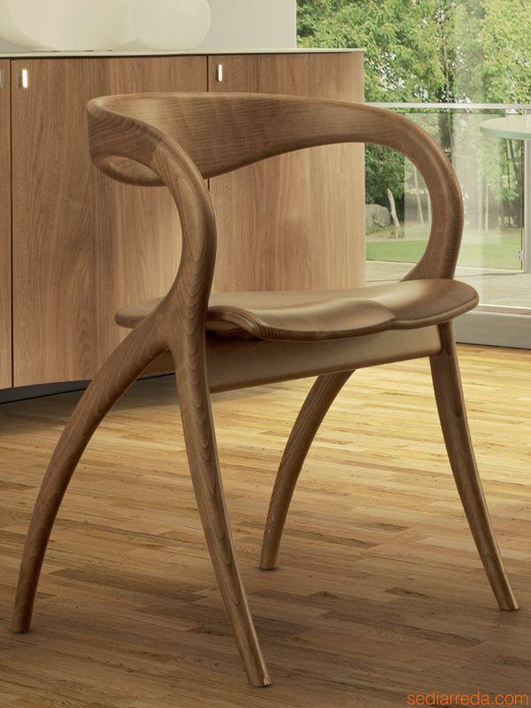 Stuhl, wie aus einem Stück Holz geformt
