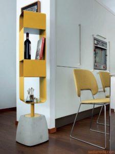 Beistell-Objekt aus Stein/gelb eingefärbten Metall