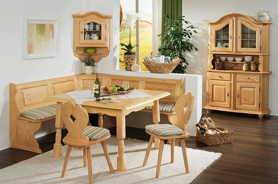 Stube mit Eckbank, Tisch, Stühle, Geschirrschrank