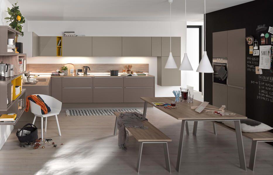 Küche hellgrau mit gelben Akzenten