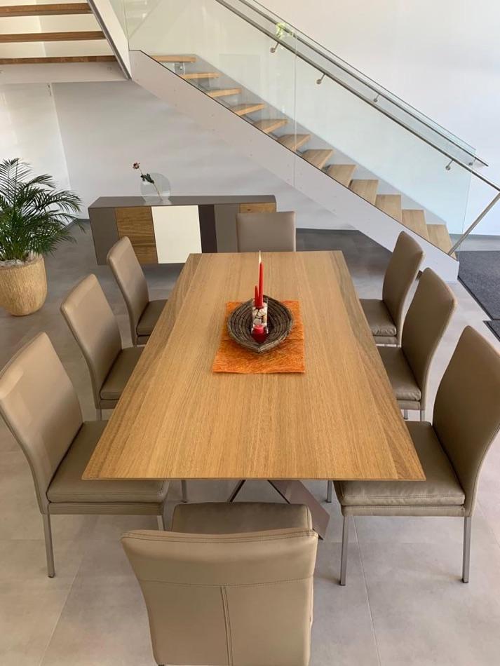 Essgruppe mit Tisch, 8 Stühle und Sideboard